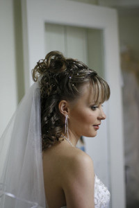 A long veil that complements the bride's wedding day hairstyle.